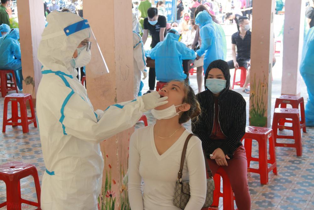 Những người đến lấy mẫu được lực lượng chức năng bố trí giãn cách, khử khuẩn, đeo khẩu trang, đo thân nhiệt... bảo đảm an toàn phòng, chống COVID-19.