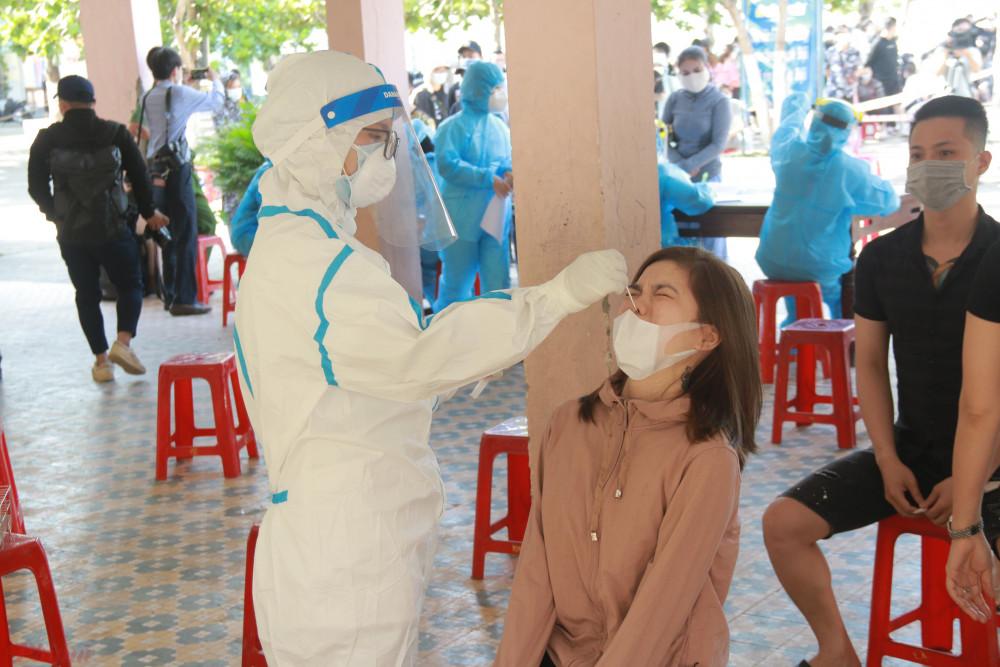 Ít nhất Đà Nẵng đã phát hiện 3 nhân viên làm việc tại vũ trường New Phương Đông nhiễm COVID-19. Đây là ổ dịch gây lây nhiễm nhiều nhất ở Đà Nẵng trong đợt này.