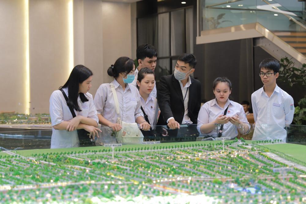 Tập đoàn Novaland tiếp nhận hơn 30 sinh viên thực tập tại các sàn giao dịch bất động sản. Ảnh: NovaGroup