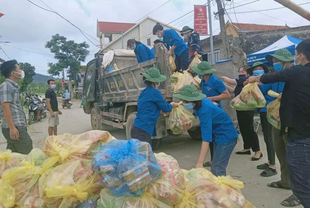 Nhu yêu phẩm được tập kết, tiếp tế cho người dân trong khu vực bị phong tỏa