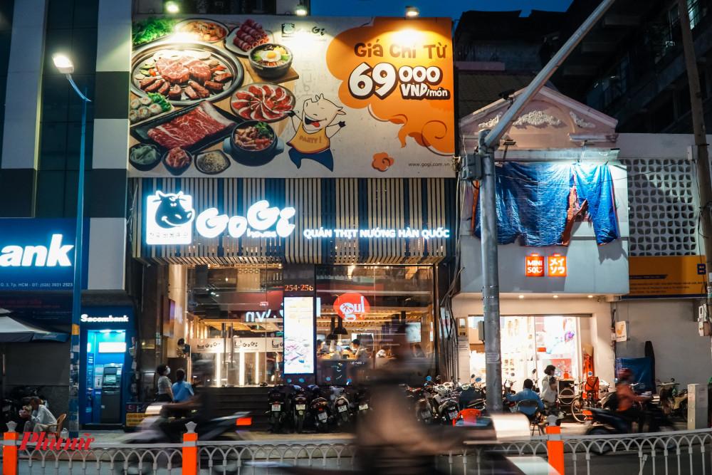 tương tự, một cơ sử kinh doanh dịch vụ ăn uống trên đường Lê Văn Sỉ vẫn còn hoạt động vô tư
