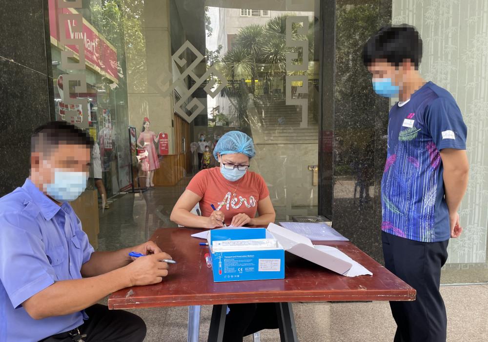 Lấy mẫu xét nghiệm cho cư dân chung cư Tecco Linh Đông sáng 7/5/2021