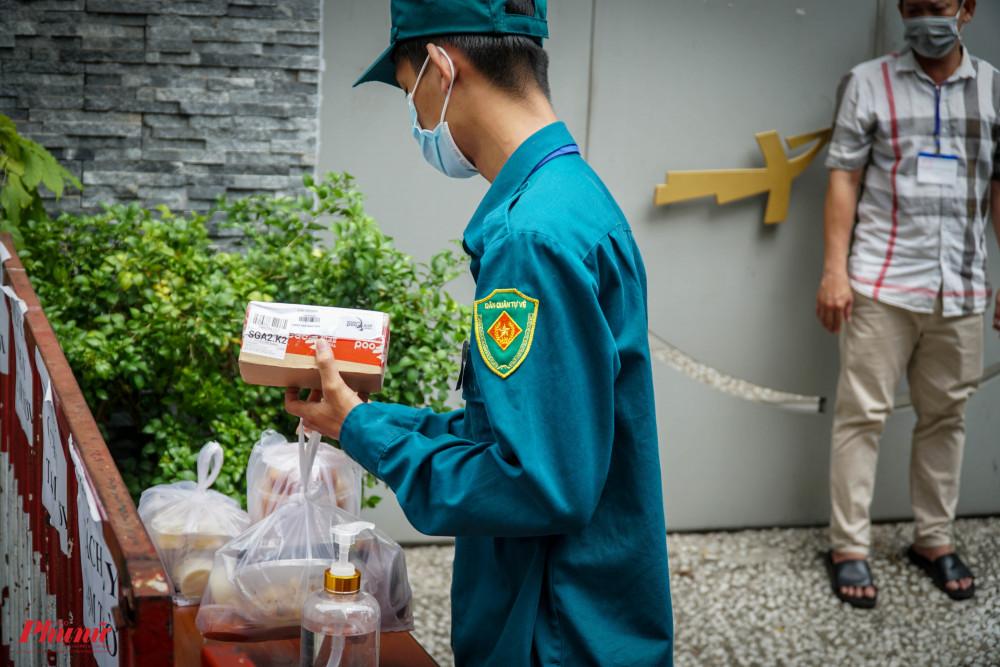 Tại caen nhà hiện có ca nghi nhiễm, tất cả nhu yếu phẩm đều được lực lượng dân quân chuyển vào giúp