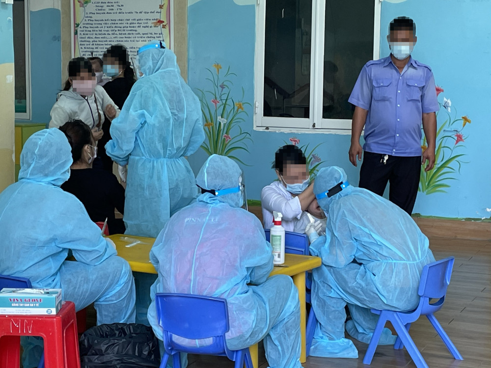 Lấy mẫu xét nghiệm COVID-19 cho người dân tại chung cư Tecco Linh Đông, Thủ Đức