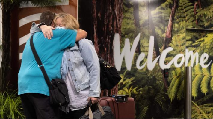 Các gia đình được đoàn tụ khi du khách đến trên chuyến bay đầu tiên từ Sydney ở Wellington vào thứ Hai sau khi Úc và New Zealand mở một bong bóng du lịch không cách ly xuyên Tasman.