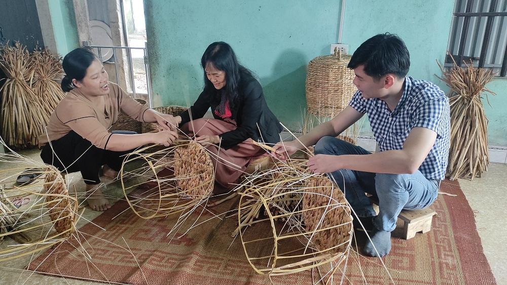 Các đại diện đến từ Vinamilk thử sức với việc đan bèo với sự hướng dẫn niềm nở của chị Thu. Ảnh: Vinamilk