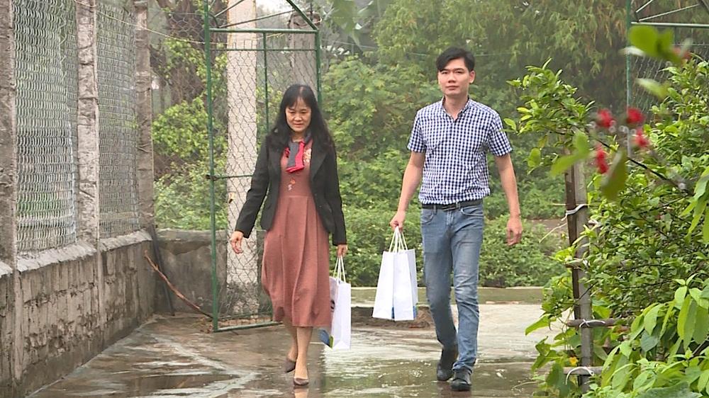 """Đại diện """"đại lá lành"""" Vinamilk đến thăm gia đình chị Quý Thu tại tỉnh Ninh Bình. Ảnh: Vinamilk"""