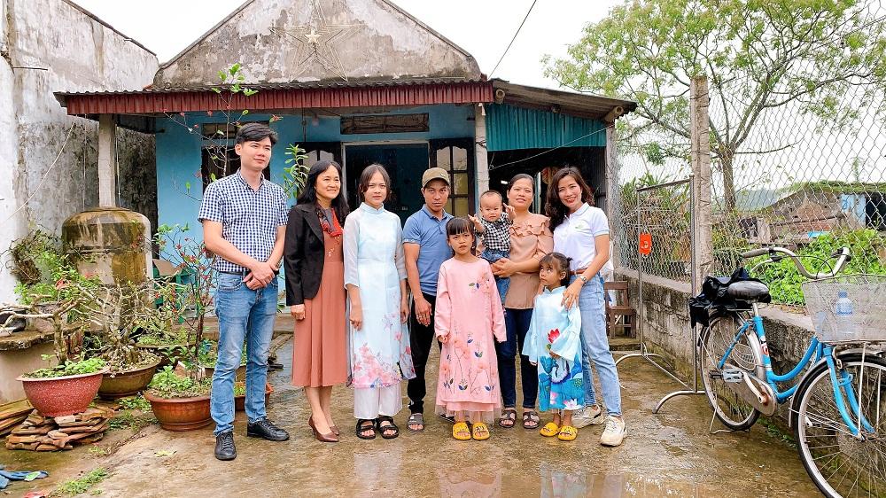 Cả gia đình và đại diện lá lành Vinamilk cùng nhau chụp những bức ảnh kỷ niệm để ghi dấu ngày đặc biệt này. Ảnh: Vinamilk