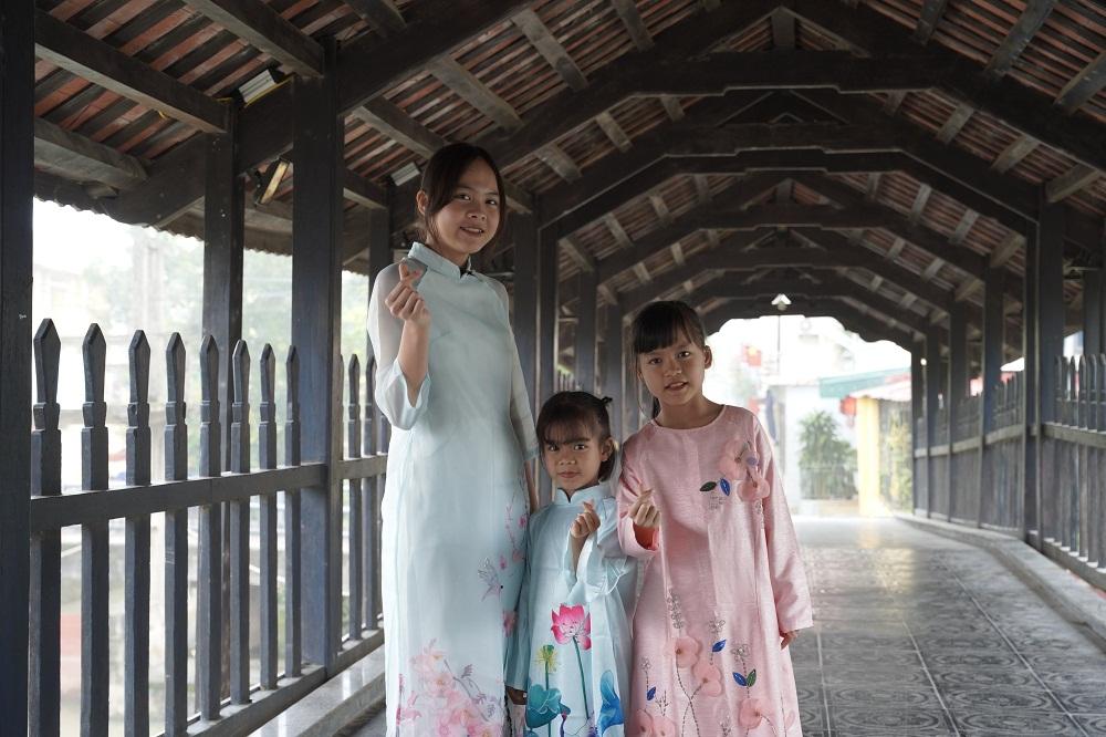 Ba chị em Trang, Giang và Ly duyên dáng trong tà áo dài do Vinamilk trao tặng. Ảnh: Vinamilk