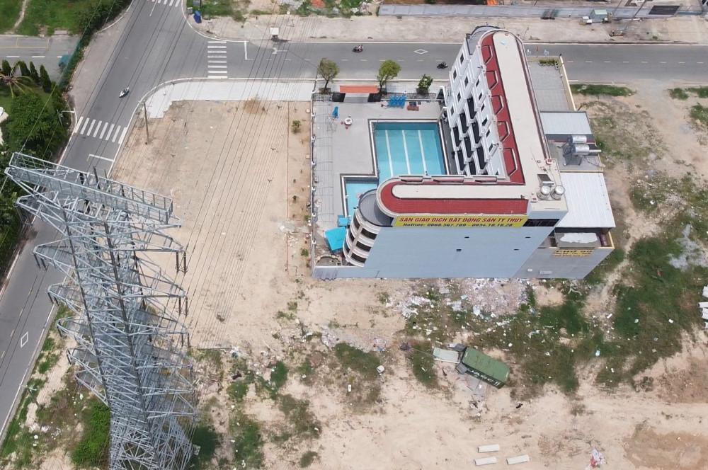 Bên cạnh đó, việc tòa nhà nằm bên dưới đường dây điện cao thế, ngay phía dưới hành lang an toàn lưới điện cũng khiến người dân lo lắng.