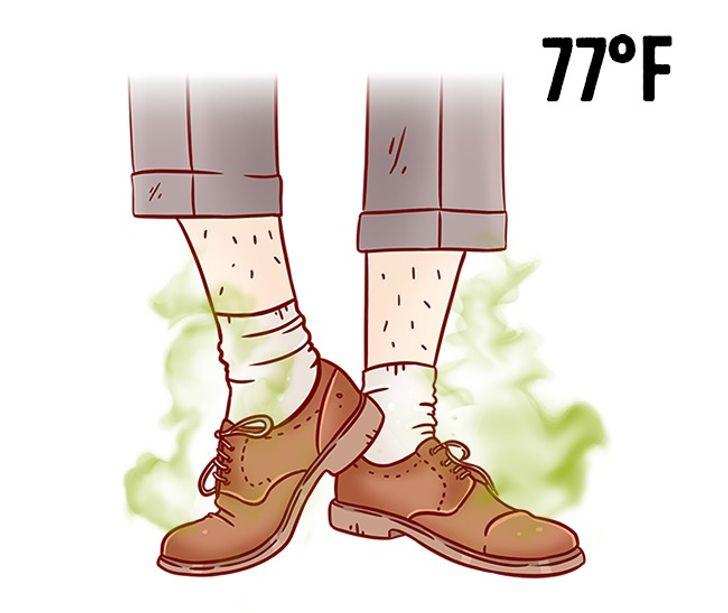 4. Giày làm từ vật liệu không tự nhiên: mùa hè, bạn nên đi giày làm từ vật liệu tự nhiên như da hoặc vải. Mang giày giả da trong thời tiết nóng nực có thể gây nguy hiểm cho sức khỏe của bạn (vì nhiệt độ cao làm các thành phần hóa học trên giày tương tác với da).   Bên cạnh đó, những đôi giày như vậy rất bí, bạn sẽ dễ bị nấm, nứt nẻ và mắc các bệnh ngoài da khác.