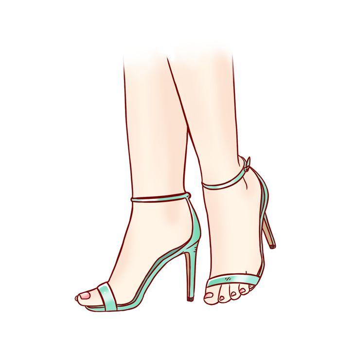 7. Đế quá ngắn: Nếu đi xăng đan, bạn sẽ liên tục phải dùng ngón chân để giữ phần đế ngắn. Điều này đồng nghĩa với việc các cơ luôn bị căng vì tải trọng trên bàn chân không được phân bổ đồng đều. Ngoài ra, bạn có nguy cơ bị gãy gót chân và bị chấn thương nặng. Khi thử giày mới, bạn hãy nhớ hướng bàn chân về phía mũi giày để xem đế có vừa vặn hay không.