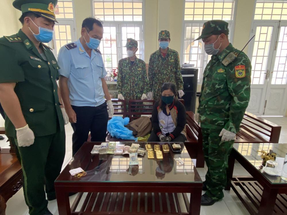 Người phụ nữ khai nhận vận chuyển vàng thuê cho 1 người Campuchia tên Huôn.