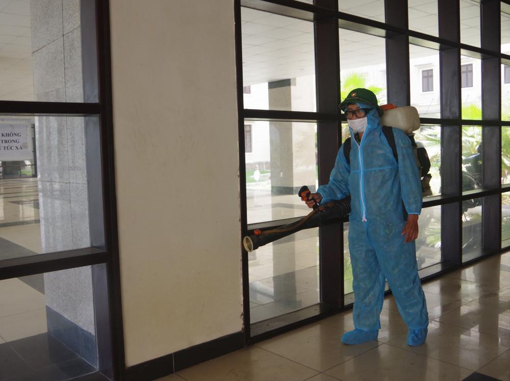 Phun thuốc khử khuẩn tại Khu cách ly xã Phú Thượng