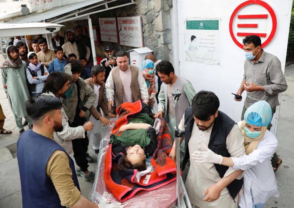 Một phụ nữ bị thương được chở đến bệnh viện sau vụ nổ ở Kabul, Afghanistan