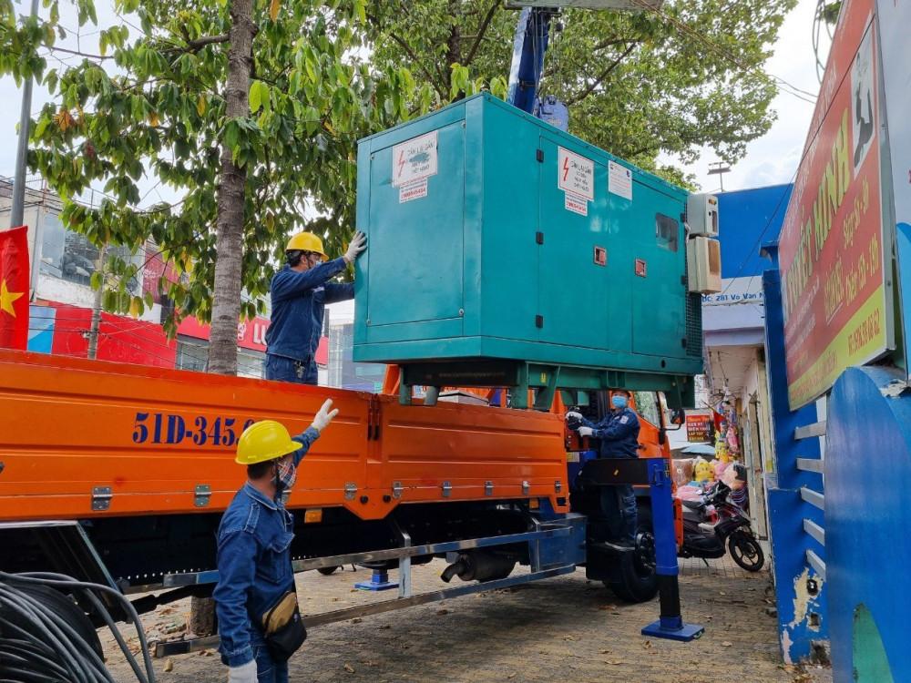 Công nhân Công ty Điện lực Thủ Đức đưa máy phát dự phòng đến các điểm tiếp xúc cử tri và điểm bỏ phiếu trên địa bàn quận Thủ Đức (cũ). Ảnh: EVNHCMC
