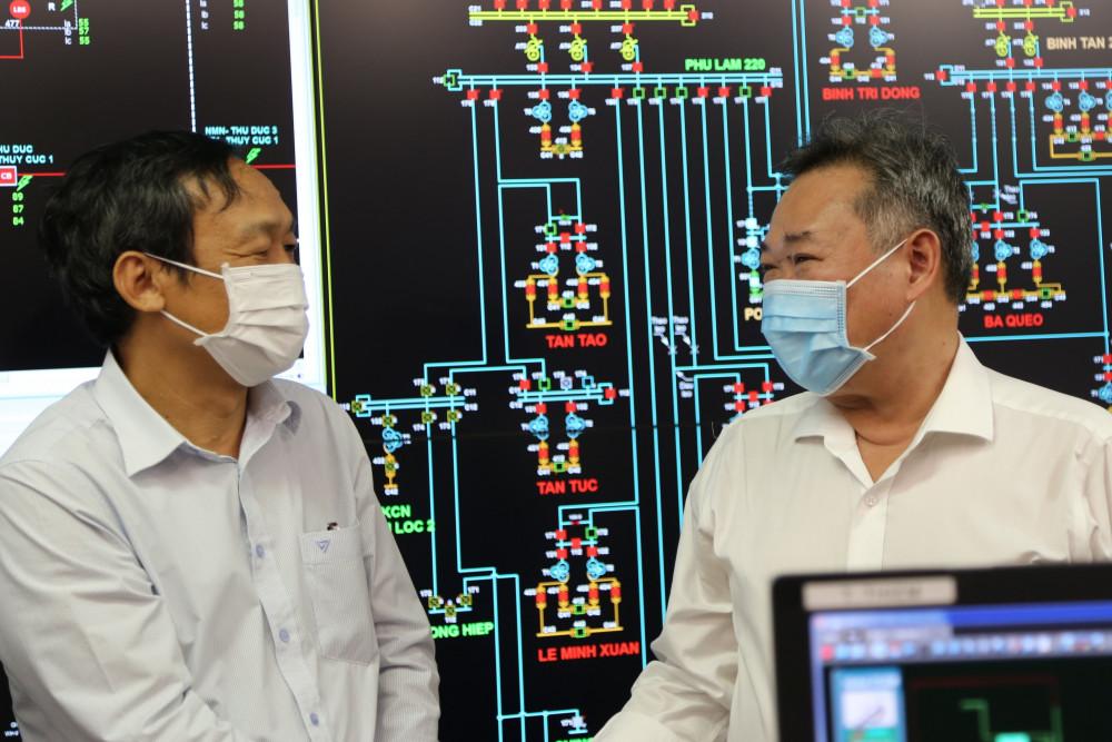 Ông Phạm Quốc Bảo, Bí thư Đảng ủy, Chủ tịch Hội đồng thành viên EVNHCMC (phải) đi kiểm tra công tác đảm bảo vận hành hệ thống điện tại Trung tâm điều khiển xa EVNHCMC. Ảnh: EVNHCMC