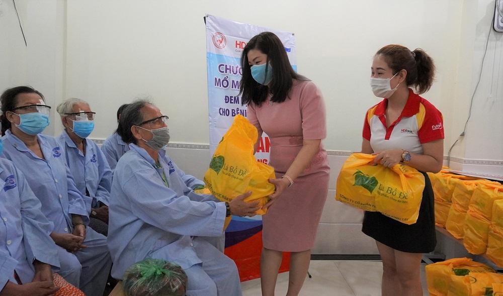 Đại diện HDBank thăm hỏi tặng quà cho bà con sau khi bà con được phẫu thuật đục thủy tinh thể miễn phí vào ngày 6/5. Ảnh: HDBank
