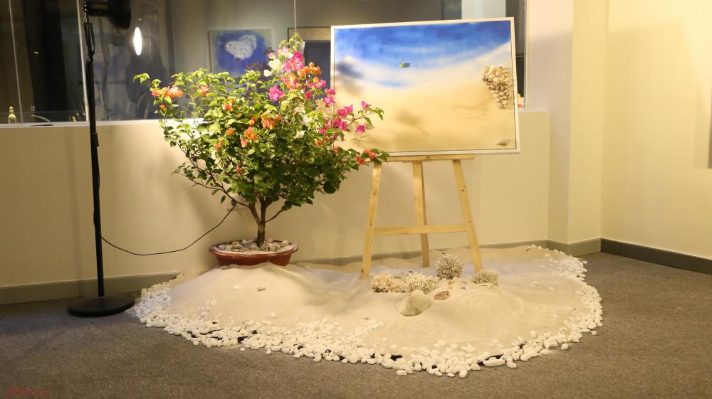 Một trong những tác phẩm thực hiện trong giai đoạn thử nghiệm của Hứa Vĩ Văn được trưng bày theo hình thức sắp đặt, lấy cảm hứng từ hòn đảo Santorini, Hy Lạp. Phần cát được nam diễn viên đặt hàng từ đơn vị sản xuất cát cho trẻ em ở tỉnh Bình Dương, san hô được mua từ cửa hàng nuôi cá cảnh.