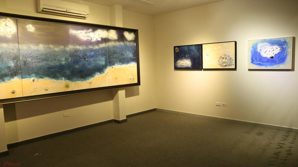 Không gian triển lãm với bức tranh chính và 3 bức thử nghiệm.