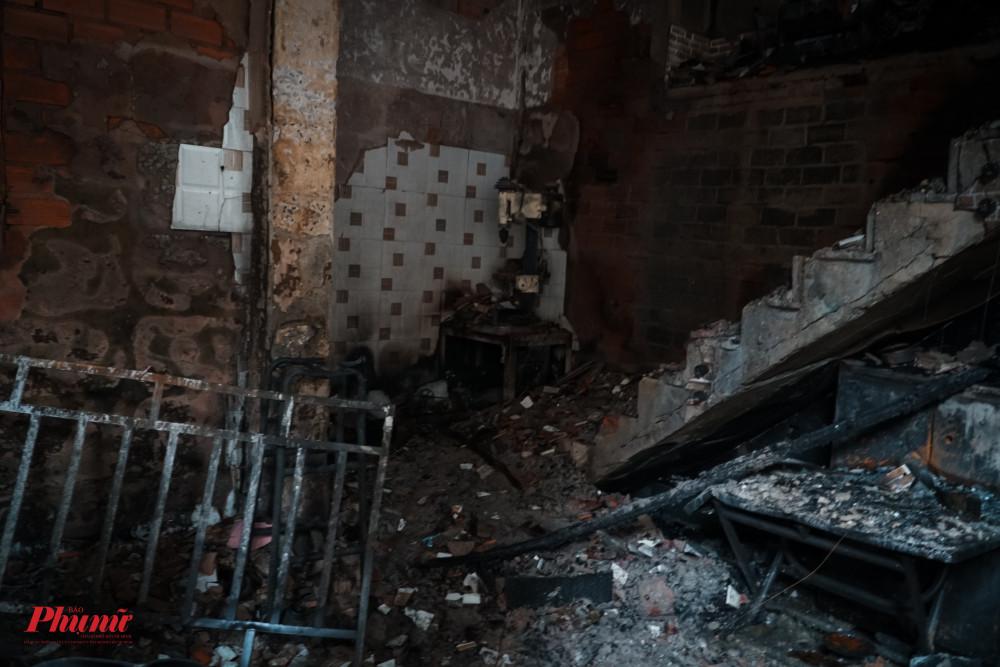 Tường và cầu thang đều cháy gãy, vỡ