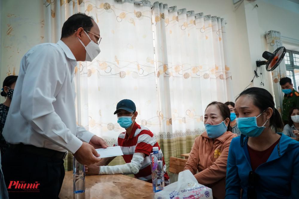 Ông Nguyễn Hồ Hải - Phó Bí thư Thành ủy TPHCM thăm hỏi, động viên tin thần người nhà cô giáo