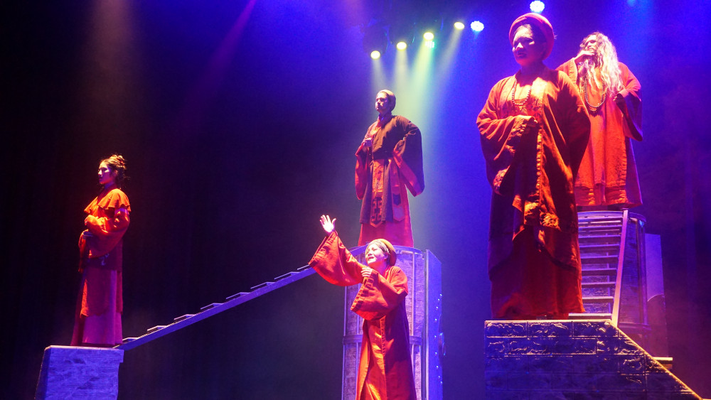 Thành Thăng Long thưở ấy thể hiện góc nhìn của hậu thế về các nhân vật trong lịch sử triều Lý – Trần