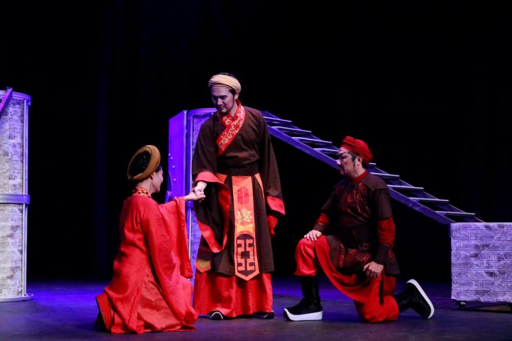 Một trong những phân cảnh xúc động của vở diễn: Trần Thái Tông tác hợp Lý Chiêu Hoàng cho tướng quân Lê Tần