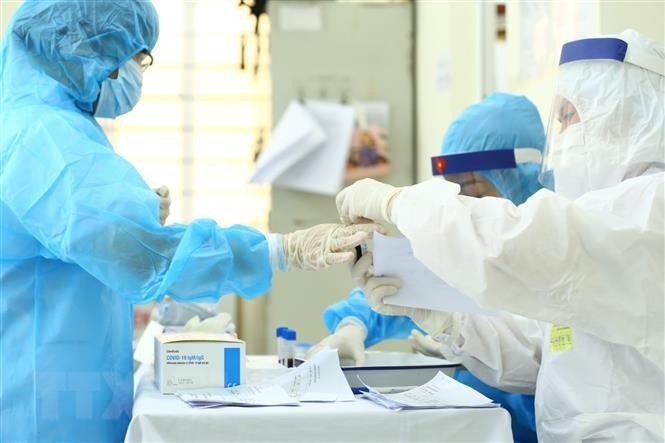 Nhân viên y tế lấy mẫu xét nghiệm các trường hợp có nguy cơ cao.