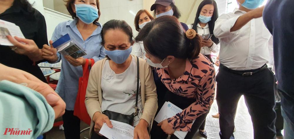 Bà Nguyễn Trần Phượng Trân thay mặt Hội LHPN TPHCM và Báo Phụ nữ TPHCM gửi một phần kinh phí hỗ trợ đến các gia đình