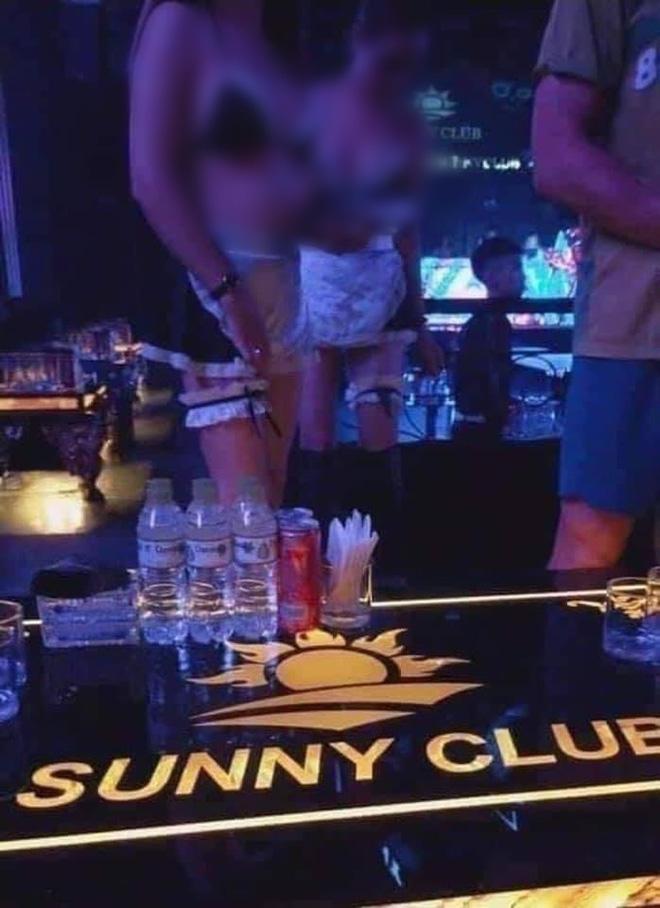 Nữ tiếp viên mặc hở hang xuất hiện trên clip được cho là ở karaoke Sunny. Ảnh cắt từ clip