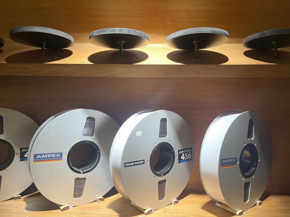 Băng thu âm, mỗi cuộn thu được ba bài, giá mỗi cuộn khoảng 10 triệu đồng