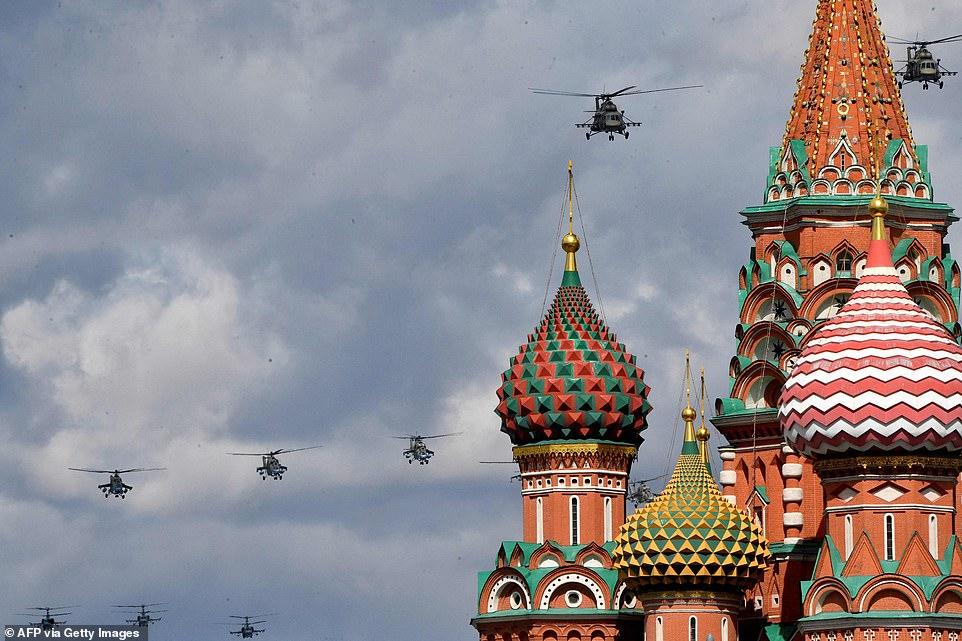 Máy bay trực thăng quân sự của Nga bay qua Điện Kremlin và Quảng trường Đỏ ở Moscow vào ngày 7/5/2021.