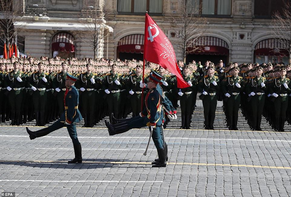 Lực lượng vệ binh danh dự của Nga diễu hành với lá cờ trong cuộc tổng diễn tập duyệt binh Ngày Chiến thắng tại Quảng trường Đỏ ở Moscow ngày 7/5.