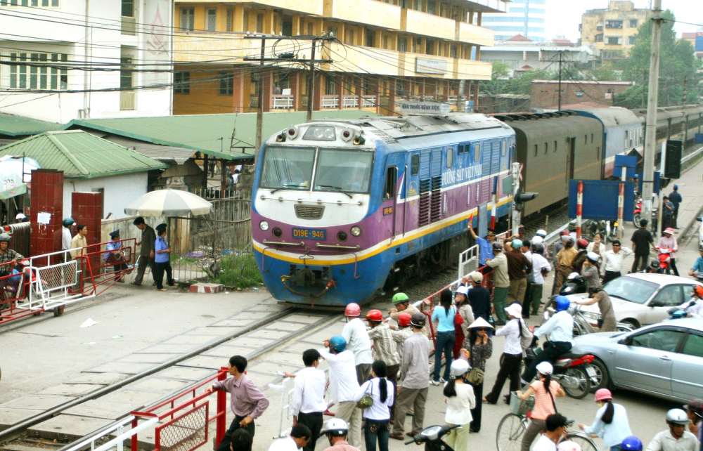Đô thị hóa khiến quỹ đất phát triển đường sắt không còn - Ảnh: Ngọc Thắng