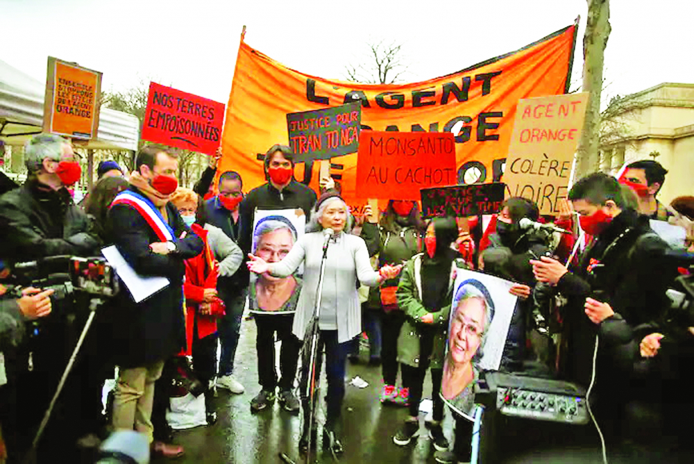 Bà Trần Tố Nga phát biểu trong buổi họp mặt ủng hộ nạn nhân chất độc da cam từ chiến tranh Việt Nam tại Paris, tháng 1/2021 ẢNH: AP