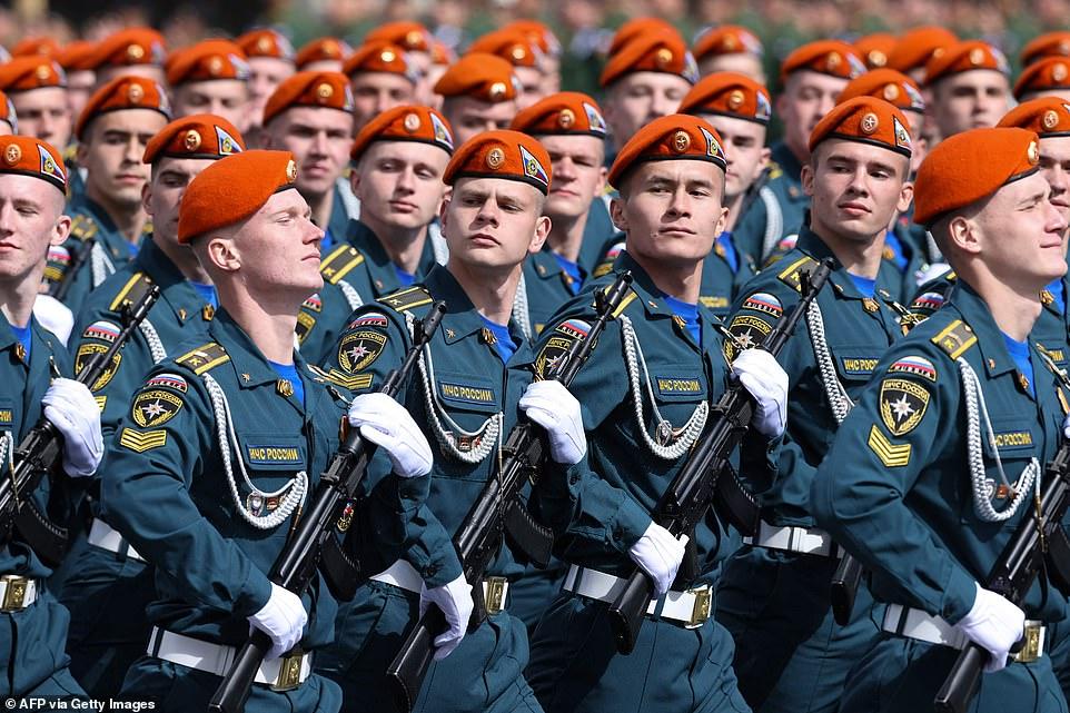 Các quân nhân của Bộ Tình trạng khẩn cấp của Nga diễu hành trên Quảng trường Đỏ