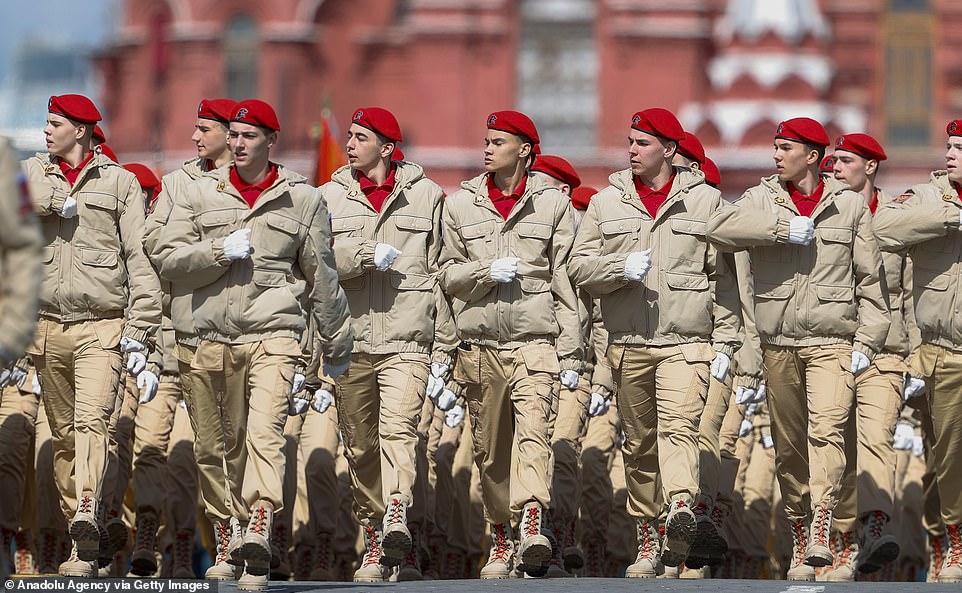 Binh sĩ đặc nhiệm mũ nồi đỏ của Nga trên Quảng trường Đỏ.