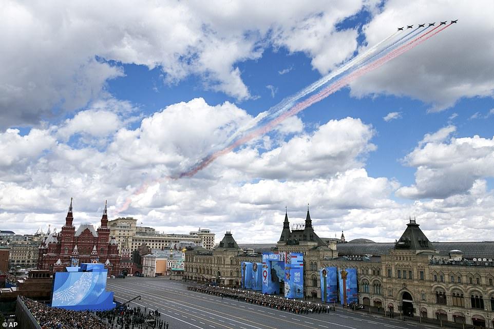 Máy bay quân sự của Nga bay qua Quảng trường Đỏ để lại những vệt khói 3 màu quốc kỳ trong buổi diễn tập trang phục cho cuộc diễu binh Ngày Chiến thắng ở Moscow
