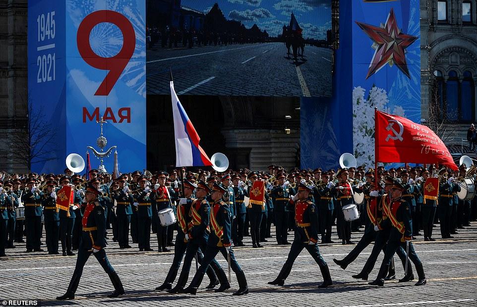 Các quân nhân Nga diễu hành trên Quảng trường Đỏ