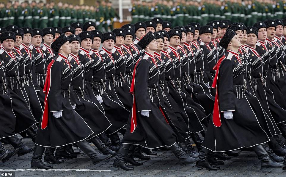 Học viên sĩ quan Nga diễu hành theo đội hình trong cuộc tổng diễn tập duyệt binh Ngày Chiến thắng ở Quảng trường Đỏ ở Moscow, Nga, ngày 7/5/2021.