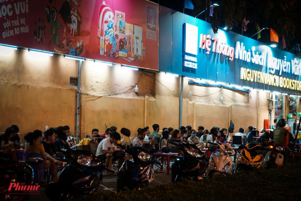 Trên đường Nguyễn Văn Cừ, một quán sinh tố vỉa hè thu hút rất đông sinh viên đến hóng mát