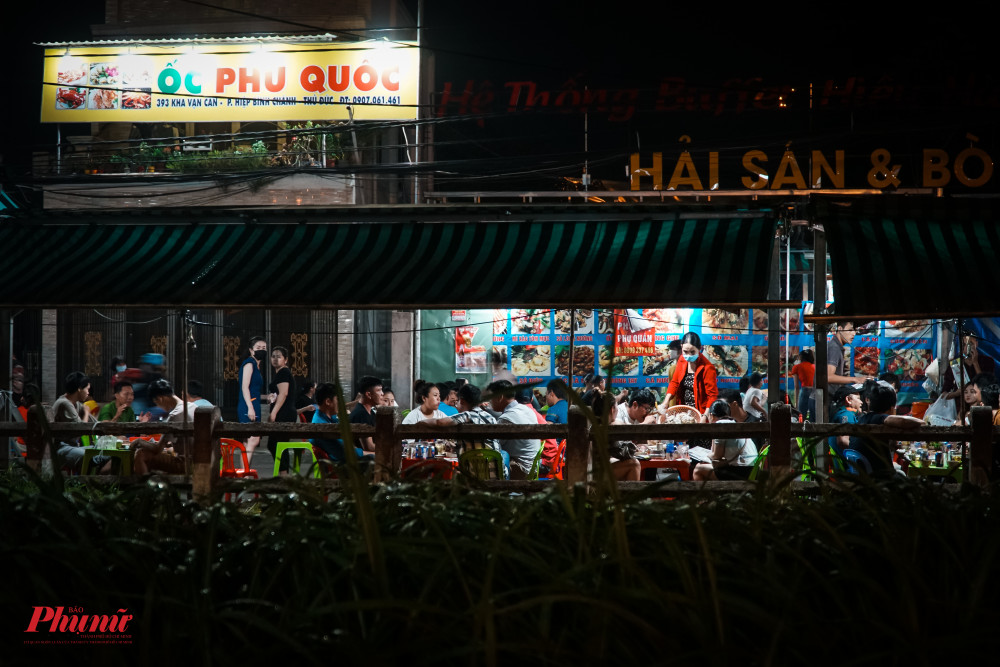 Một quán nhậu bình dân trên đường Phạm Văn Đồng đông nghịt khách