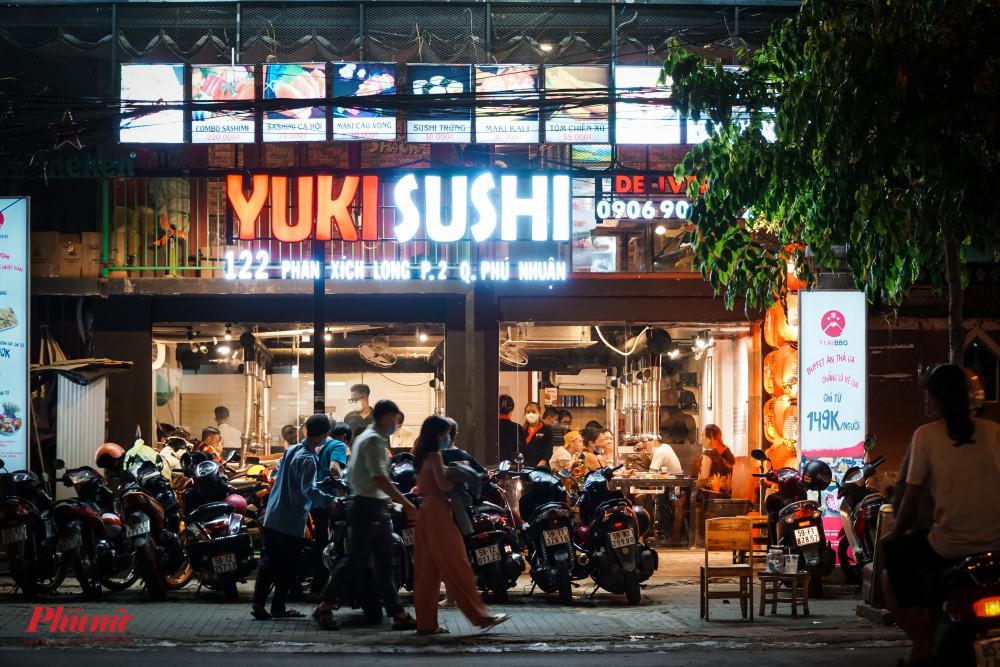 Bên cạnh các quán vỉa hè, các nhà hàng sang trọng vẫn chưa c