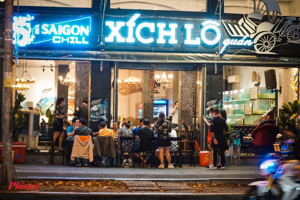 Một nhà hàng trên đường Trần Hưng Đạo vẫn phục vụ khách theo mâm (10 người)