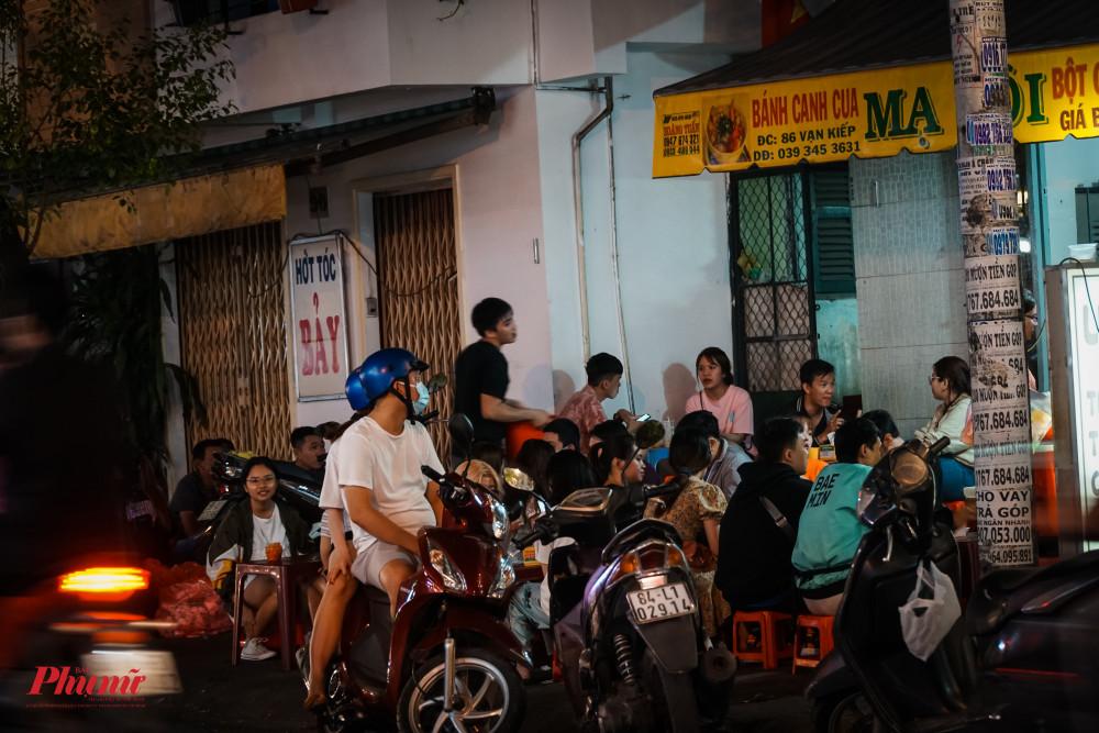 Các hàng quán trên đường Vạn Kiếp (quận Bình Thạnh) vẫn vô cùng náo nhiệt kẻ mua người bán
