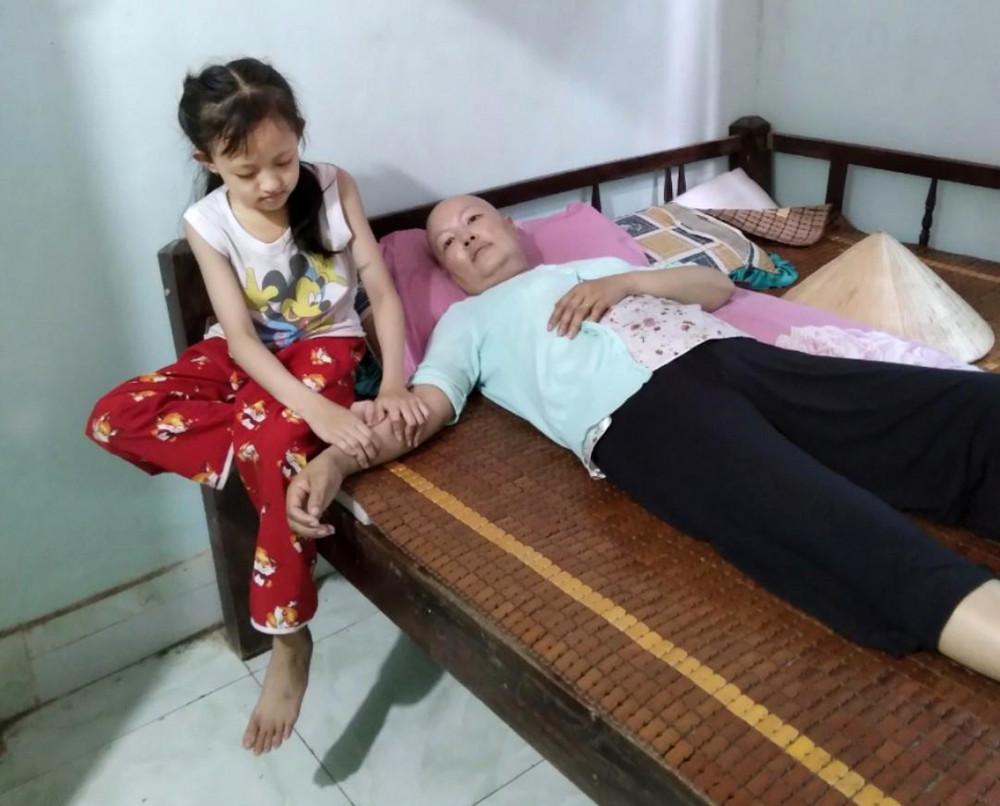 Chị Nguyễn Thị Kiều Oanh và con gái Khánh Nguyên