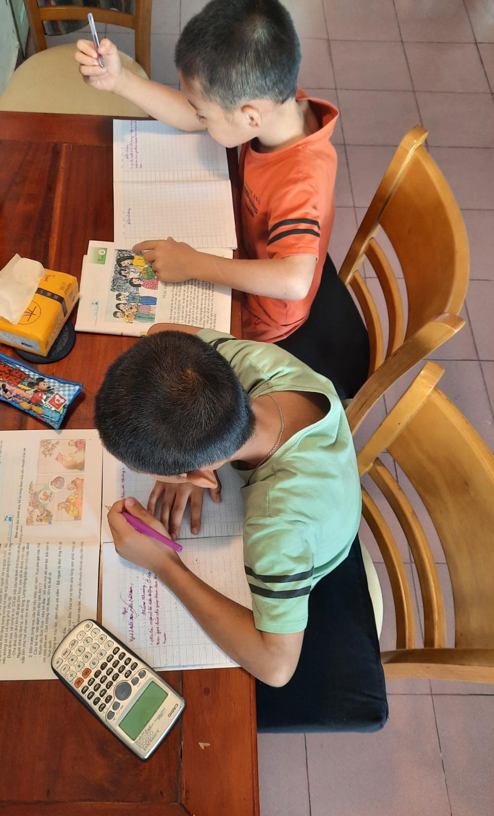 Tranh thủ giờ rảnh các bé tranh thủ học tiếng Việt, môn học khá khó vì chương trình dạy khá nhanh.