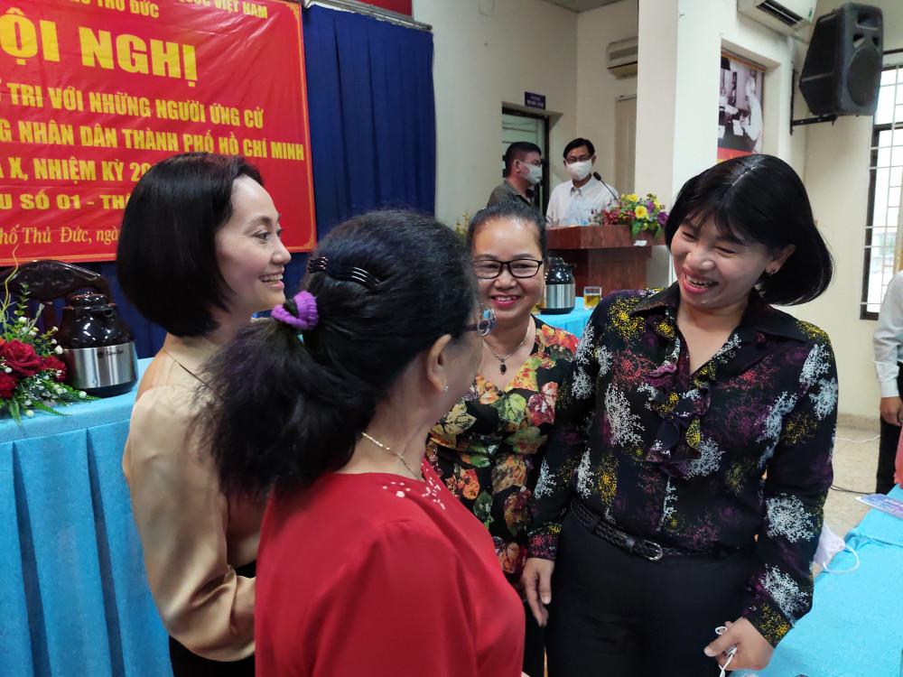 Bà Trần Thị Phương Hoa, Phó chủ tịch Hội LHPN TP, ứng cử viên đại biểu HĐND TP nhiệm kỳ 2021-2026 lắng nghe ý kiến cử tri