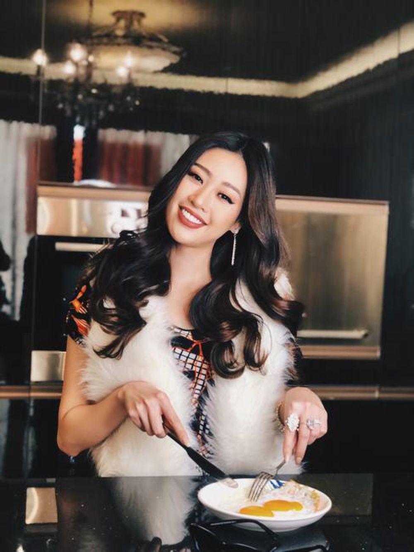 Khánh Vân phối đồ bộ cùng khăn choàng lông để ăn sáng, phối cùng loạt phụ kiện ánh kim nổi bật. Với hình ảnh này, Khánh Vân muốn mang đến sự vui vẻ cho người xem trong khoảng thời gian ở nhà vì dịch năm ngoái.